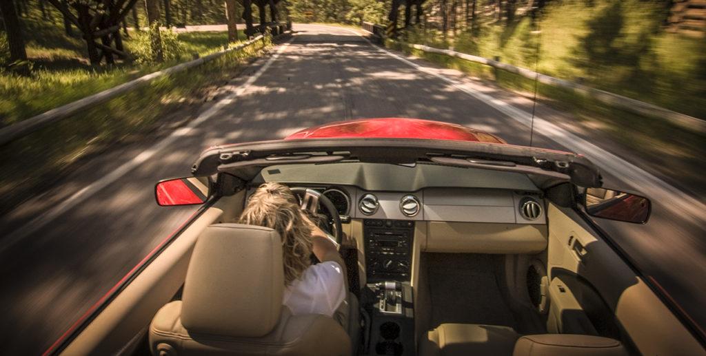 Donna al volante per le strade degli Stati Uniti